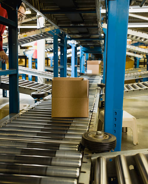 Boxes on conveyor belt in warehouse:スマホ壁紙(壁紙.com)