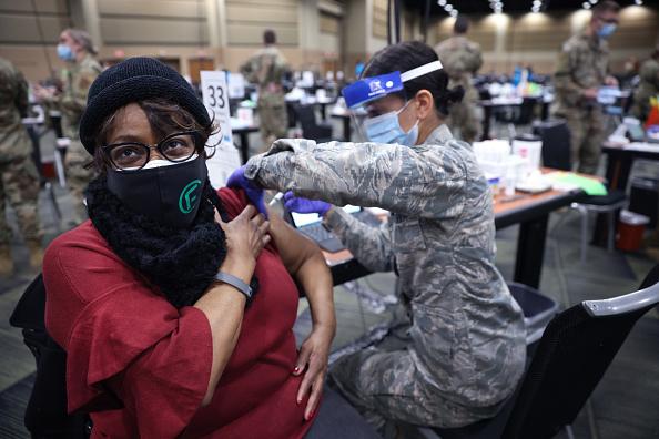 Illinois「Tinley Park Convention Center Serves As Mass Vaccination Site」:写真・画像(17)[壁紙.com]