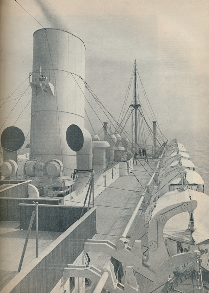 Cooking Utensil「Top Deck Of The Strathmore With Modern Lifeboats」:写真・画像(1)[壁紙.com]