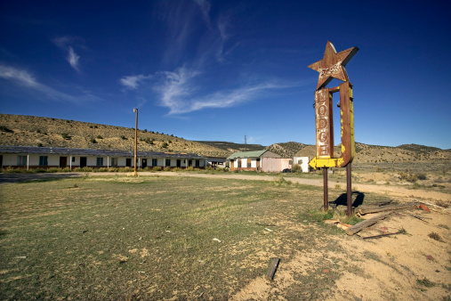 Motel「Abandoned motel and sign in rural Colorado」:スマホ壁紙(0)