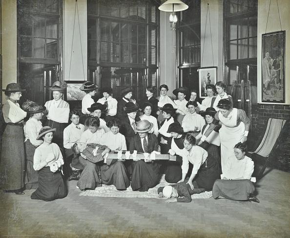 Medical Equipment「First Aid Class For Women, Montem Street Evening Institute, London, 1913. Artist: Unknown.」:写真・画像(18)[壁紙.com]
