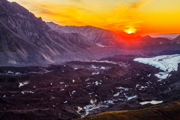 The sun sets over the Muldrow Glacier in Denali National Park in early autumn:スマホ壁紙(壁紙.com)