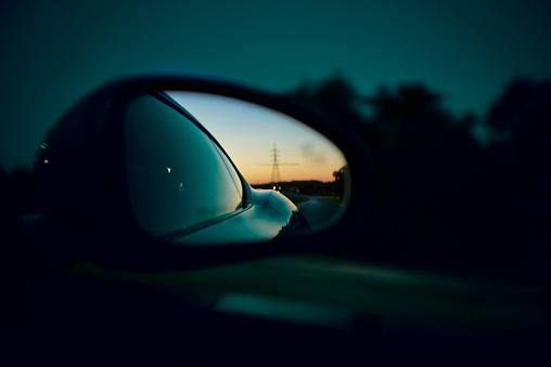 Southern USA「The sun setting in the rear view car mirror.」:スマホ壁紙(3)