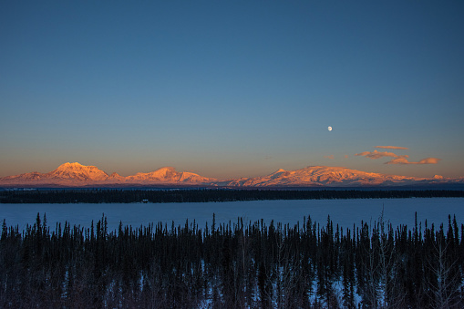 月「The Sun Sets on Mt. Drum, Mt. Sanford, Mt. Zanetti and Mt. Wrangell in Alaska」:スマホ壁紙(2)