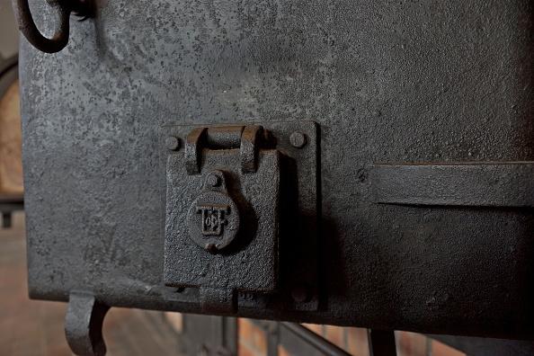 Richard Blanshard「Crematorium Oven At Buchenwald」:写真・画像(4)[壁紙.com]