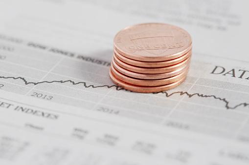 米国硬貨「Stack of coins on stock market data」:スマホ壁紙(10)