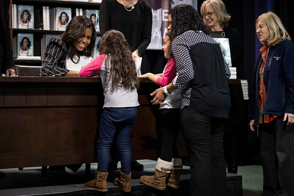 Signing Event「Michelle Obama Promotes Her New Book In New York City」:写真・画像(13)[壁紙.com]