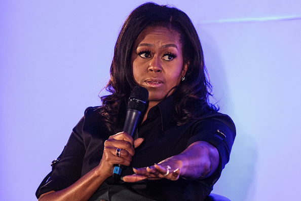 Talking「Michelle Obama Visits Pupils At The Elizabeth Garrett Anderson School In North London」:写真・画像(12)[壁紙.com]