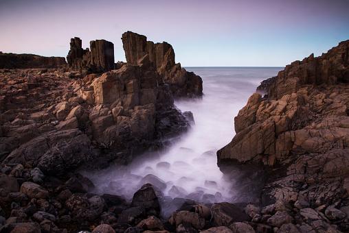 Basalt「Motion blurred dreamy waves breaking on dramatic coastal basalt columns rock formations at sunset at the disused Bombo Quarry site on Bombo Headland south of Sydney near Kiama, NSW, Australia」:スマホ壁紙(4)