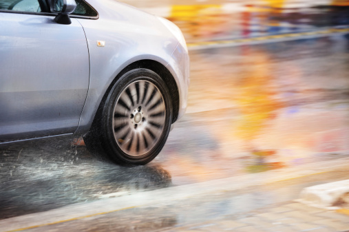 Driving「Motion blurred car driving in rain」:スマホ壁紙(3)