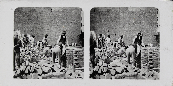 Bricklayer「Maurer With Piles Of Bricks To Build A House. About 1910. Stereo Photograph.」:写真・画像(12)[壁紙.com]