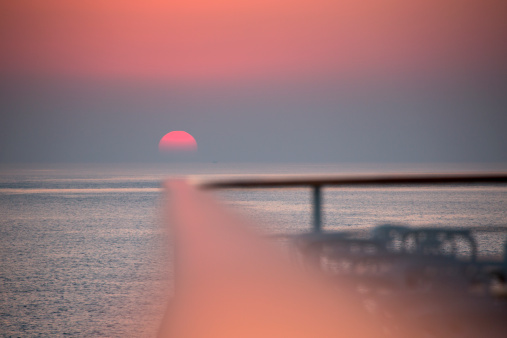 Focus On Background「Railing of cruise ship at sunset」:スマホ壁紙(12)