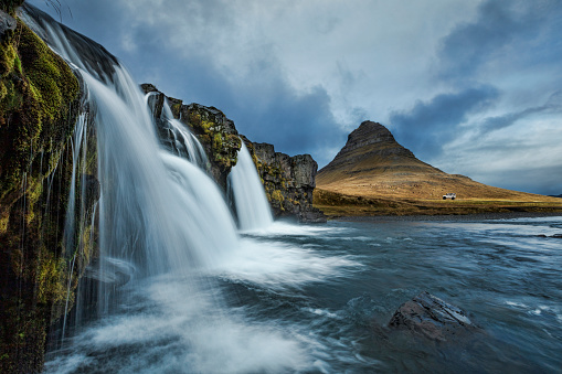 Uncultivated「Kirkjufell waterfall_with off-road vehicle in the distance, Iceland」:スマホ壁紙(10)