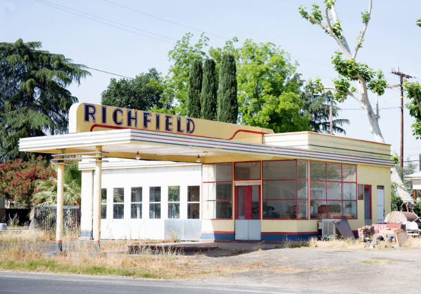 An abandoned old gas station in 50's style:スマホ壁紙(壁紙.com)