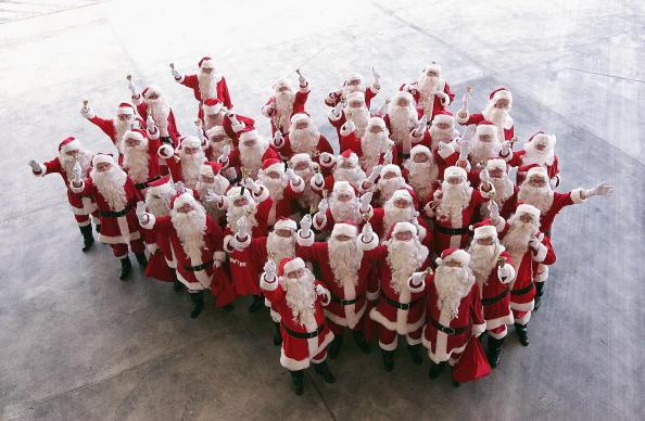 Large Group Of People「Santa's Helpers Arrive In Sydney」:写真・画像(1)[壁紙.com]