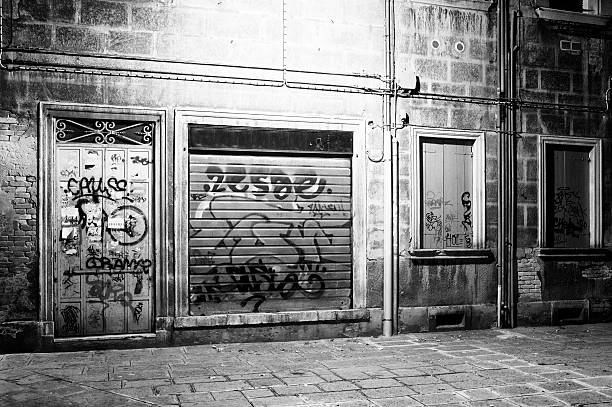Alley. Black and White:スマホ壁紙(壁紙.com)