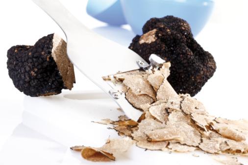 Mushroom「Black truffle being sliced, close-up」:スマホ壁紙(9)