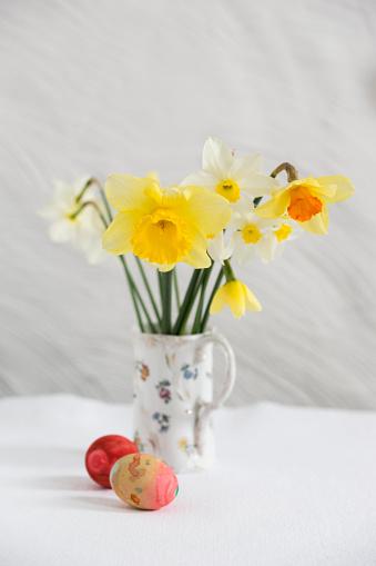 イースター「Daffodils and Easter eggs」:スマホ壁紙(1)