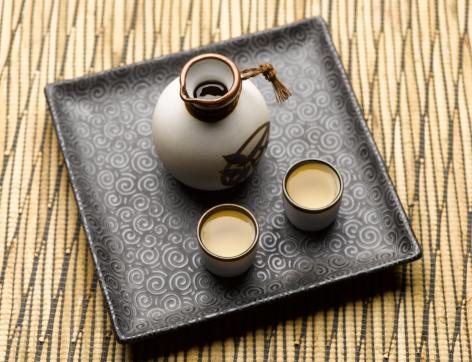 日本酒「Sake set on tray, elevated view」:スマホ壁紙(1)