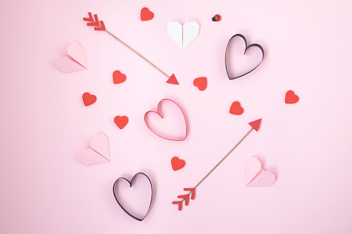 Heart「Valentines symbols on pink background」:スマホ壁紙(11)