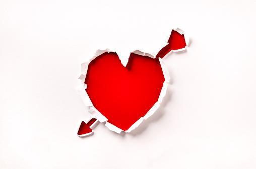 バレンタイン「バレンタインデー、レッドのハート形の穴に、矢印の紙」:スマホ壁紙(7)