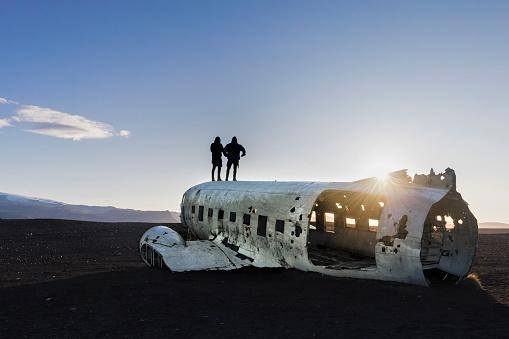 cloud「二人の男が飛行機事故 - Solheimasandur アイスランドの上に立って」:スマホ壁紙(17)