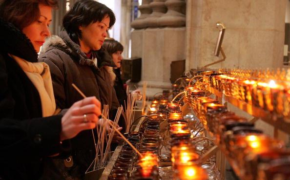 Lighting Equipment「Cardinal Edward Egan Prays For Pope's Health」:写真・画像(15)[壁紙.com]