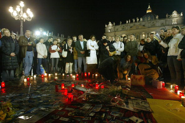 Lighting Equipment「Mourners Gather At Vatican City After Death Of Pope」:写真・画像(2)[壁紙.com]