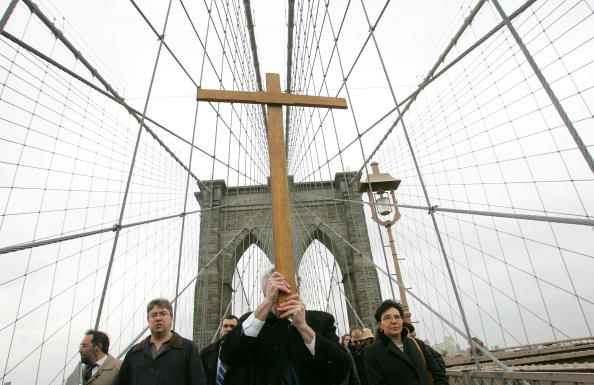 Overcast「Worshippers Participate In Way of the Cross Over Brooklyn Bridge」:写真・画像(4)[壁紙.com]