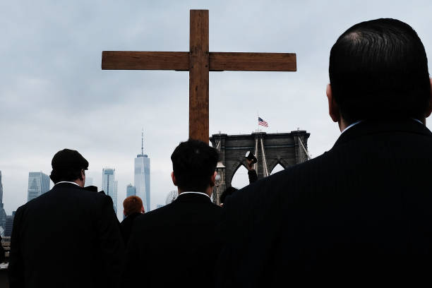 Worshipers Participate In Way Of The Cross Over NYC's Brooklyn Bridge:ニュース(壁紙.com)