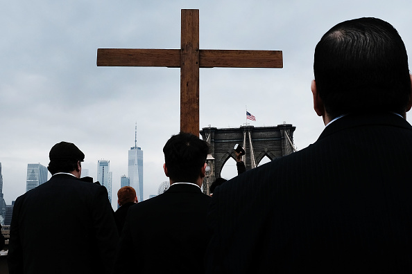 Religion「Worshipers Participate In Way Of The Cross Over NYC's Brooklyn Bridge」:写真・画像(5)[壁紙.com]