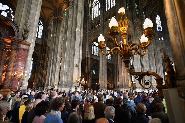 Worshipper「Notre Dame Easter Mass Is Held At St Eustache」:写真・画像(4)[壁紙.com]