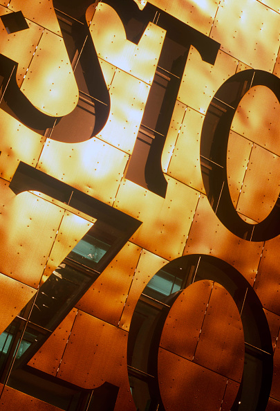 Cultures「Lettering at Night, Wales Millennium Centre, Cardiff Bay, South Wales, Designed and built in Wales, the WMC on Cardiff Bay waterfront is made of 5000 tonnes of structural steel. The WMC is quickly establishing itself as one of the world's leading perform」:写真・画像(1)[壁紙.com]