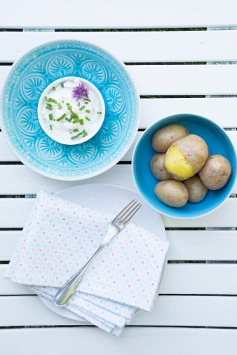 Light blue「Bowl of jacket potatoes and bowl of curd with herbs, cloth and fork on white wooden table」:スマホ壁紙(6)