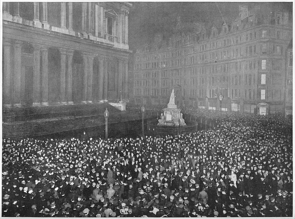 New Year「Twelve o'clock on New Year's Eve outside St Paul's Cathedral, London, c1902 (1903)」:写真・画像(15)[壁紙.com]