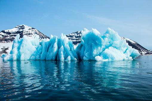 Svalbard Islands「Blue iceberg floating in the Hornsund Spitzbergen」:スマホ壁紙(8)
