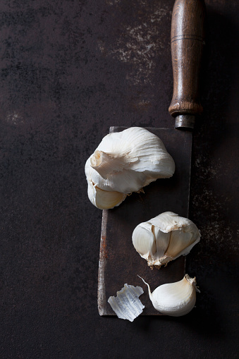 Garlic Clove「Garlic on rusty cleaver and ground」:スマホ壁紙(13)