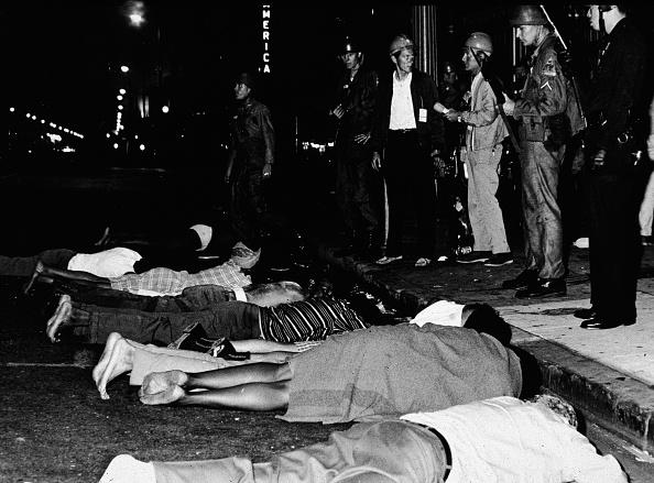 ロサンゼルス市「Watts Rioters Laying In Street By Police」:写真・画像(10)[壁紙.com]