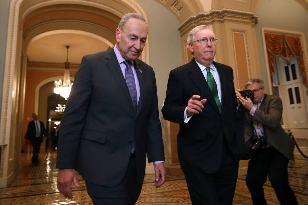 Mitch McConnell「Senate Major Leader McConnell (R-KY) And Senate Minority Leader Schumer (D-NY) Walk To Senate Chamber Together After Budget Deal Reached」:写真・画像(10)[壁紙.com]