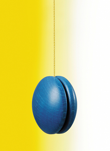 Spinning「Blue hanging yo-yo on white and yellow background」:スマホ壁紙(9)
