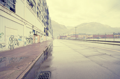 Wet「Wet street near warehouse with graffiti, Detroit, Michigan, United States」:スマホ壁紙(18)