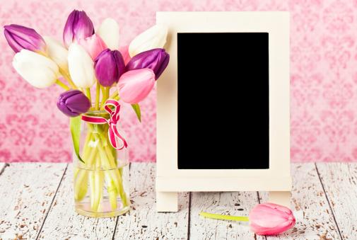 母の日「チューリップと黒板、春に向けてのメッセージ」:スマホ壁紙(17)