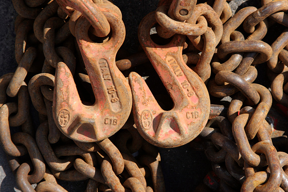 Chain - Object「Two hooks and chain links used for lifting on construction site.」:写真・画像(3)[壁紙.com]