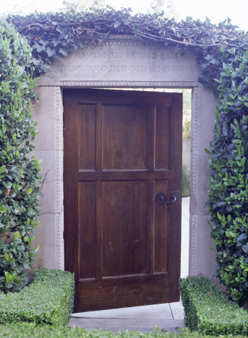 Walled Garden「Ivy growing around doorway to garden」:スマホ壁紙(17)