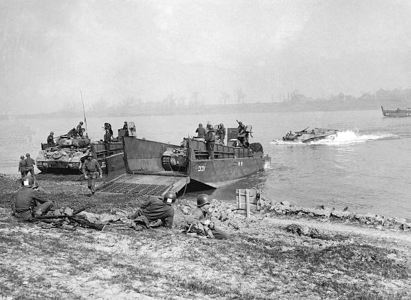 Crossing「Tanks At The Rhine」:写真・画像(1)[壁紙.com]