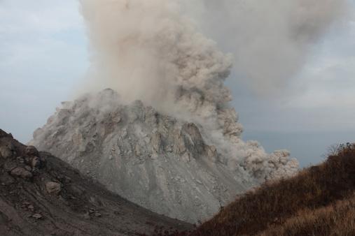 Emitting「Pyroclastic flow descending flank of Rerombola lava dome of Paluweh volcano.」:スマホ壁紙(10)