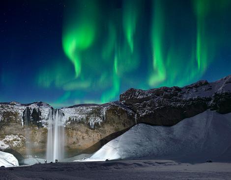 星空「スコウガ滝滝と緑のオーロラ、アイスランド」:スマホ壁紙(15)