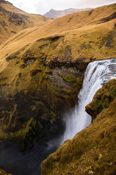 Skogafoss waterfall in Iceland in autumn:スマホ壁紙(壁紙.com)