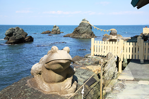 Japanese Culture「Frog statue by the Married Couple Rocks at Futamiura, Ise, Mie, Japan」:スマホ壁紙(13)