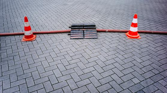 保護「Construction site on street secured with two traffic cones」:スマホ壁紙(6)